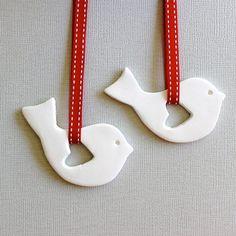 Listado está para 2 etiquetas    Dulce y simple Scandi diseñado ornamentos del pájaro con un corazón en forma de recorte del ala. Perfecto