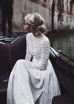 Une robe de mariée à manches longues en crochet