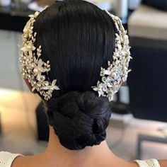 Here are some ways to incorporate jewels into your wedding hair for a classic wedding day look. Romantic Wedding Hair, Wedding Hair Down, Bride Hairstyles, Down Hairstyles, Bridal Hair Inspiration, Wedding Hair And Makeup, Wedding Hair Accessories, Prom Hair, Hair Pieces