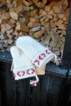Byt färg på broderierna till varje par lovikkavantar så går de att skilja åt. Knit Mittens, Knitting Accessories, Sewing Hacks, Christmas Stockings, Knitting Patterns, Diy And Crafts, Knit Crochet, Projects To Try, Quilts
