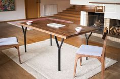 The dining table Mabillon opts for lightness with a discreet metal frame that gives the impression of a plateau lift