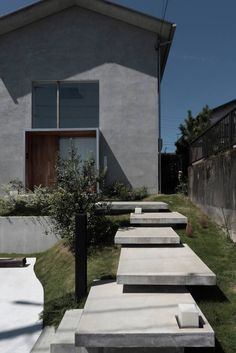 高低差と景色を生かした狭小地に建つ薪ストーブのある家 (から K.Matsunaga) Garden Stairs, Garden Entrance, Exterior House Colors, Exterior Design, My House Plans, Floating Stairs, Entrance Design, House Landscape, Japanese House
