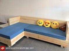 Full living room furnished with pallets Pallet Furniture Tutorial, Pallet Sofa, Furniture Making, Pallets, Storage Chest, Sofas, Toddler Bed, Living Room, Metal