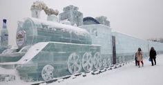 Visitantes observam uma locomotiva feita de tijolos de gelo no 31º Festival Internacional de Gelo e Neve de Harbin, na cidade de Harbin, nordeste da China.  Fotografia: Kim Kyung-Hoon / Reuters.