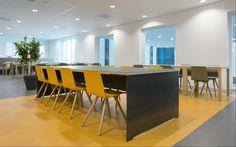 Kantine in voortgezet onderwijs bij Stad&Esch in Meppel. Gele stoelen model Pit van Vepa project furniture. http://www.vepa.nl/portfolio/pit/