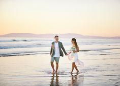 momentos dos noivos a caminhar no mar em Casamento na praia