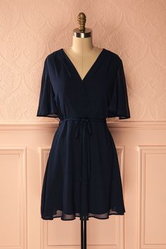Robe courte bleu marine avec col croisé - Navy blue flowy dress with crossed neckline