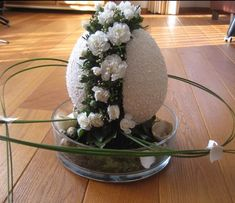 Over 40 Easter flower decorations and centerpieces that spread the festive charm in the most beautiful way – Hike n Dip – Artsupplies Easter Plants, Easter Flowers, Easter Flower Arrangements, Floral Arrangements, Diy Easter Decorations, Flower Decorations, Tulips In Vase, Arte Floral, Easter Wreaths