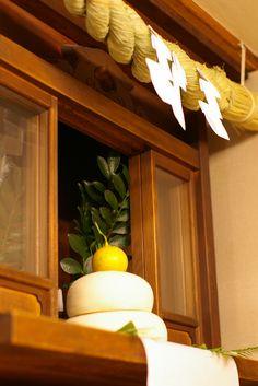 神棚 鏡餅 供物 Shinto home or business alter......v