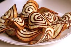 spiral tuiles w/chocolate - photo tutorial, French -Tuiles spirales au chocolat No Bake Cookies, Cookies Et Biscuits, Cake Cookies, Cupcakes, Egg White Dessert, Cookie Recipes, Dessert Recipes, Desserts With Biscuits, Galletas Cookies