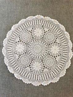 Vintage Décor, Vintage Crochet, Unique Vintage, Lace Doilies, Crochet Doilies, Crochet Lace, Linens And Lace, Filet Crochet, Scallops