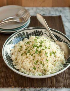 """""""Couscous"""" de chou-fleur! Il s'agit simplement de couper une tête de chou-fleur en morceaux, puis de passer au robot.  On peut le manger cru, par exemple dans une salade, comme on le ferait pour le taboulé. On peut également le cuire pour lui donner une texture plus tendre, qui tient presque du riz. Pour le cuire: verser un peu d'huile d'olive ou de beurre dans une poêle à feux doux-moyen, verser le """"couscous,"""" mélanger, couvrir et faire cuire 5 minutes."""