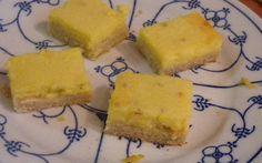 Deze citroenkoek is verrukkelijk. En bedrieglijk eenvoudig om te maken. Lekker scherp-zuur vanwege de citroensap, maar ook zoet genoeg voor bij de koffie.