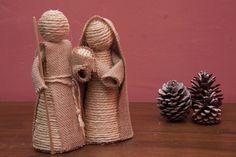 Instrucciones y fotografias detalladas para aprender a hacer un nacimiento utilizando cuerda y arpillera.