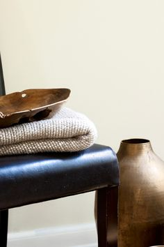 Fromasj FR2060, en støvete, hvit tone, som danner et perfekt teppe til alt rundt seg. #fromasj#hvit#dempet#støvete#kombinasjon#farge#stue#livingroom#soverom#bedroom#gang#hall#maling#painting#rustikk#bronse#bronze#tre#bolle#skinn#stol#inspirasjon#inspiration#white#bad#bathroom#fargekart#Fargerike Entryway Bench, Ikea, Furniture, Home Decor, Entry Bench, Hall Bench, Decoration Home, Ikea Co, Room Decor