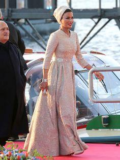 Siempre elegante, la Jequesa de Qatar lució un vestido brocado rosa palo con apliques brillantes