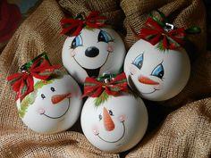 Bolas de Natal pintadas à mão. 25 cm de circunferência <br>Preços diferenciados para quantidade: <br>Meia dúzia: R$110,00 <br>Uma dúzia: R$180,00 <br>Cor do lacinho sob consulta
