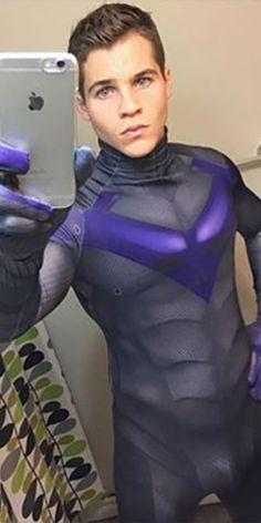 The most sexy Cosplayer of the Internet: Michael Hamm, Ce Canadien de 26 ans, par ailleurs thésard à l'université d'Halifax, consacre tout son temps libre ou presque au cosplay.