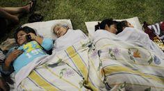 Terremoto Ecuador En muchas ciudades ecuatorianas los pobladores decidieron pasar la noche en la calle por el temor a las réplicas. (Foto: AFP)