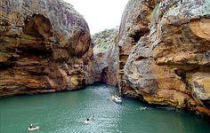 Cânions do Brasil Passeios de barco levam às aguas verdes e transparentes do Velho Chico