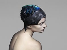 Fashion studio The Unseen has created a gemstone-encrusted headdress that changes colour in response to varying energy levels in the brain. Vicenza headdress by The Unseen for Swarovski Wearable Device, Wearable Technology, Wearable Art, Fashion Technology, Technology News, Smart Textiles, Swarovski, Fashion Forecasting, 3d Laser