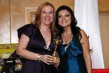 Natália entregando o troféu do 4º Lugar a Gabriela da LUMI Alagoas