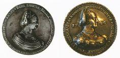 Królowa wcale nie starzała się tak szybko, jak często się przyjmuje. Obok dwa medale z podobizną Bony Sforzy. Z lewej medal z 1532 roku. Z prawej z 1546.