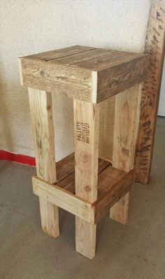 Wooden Pallet Furniture simple pallet stool - We will explain our point of view with these subtle examples of DIY reclaimed pallet wood stool which have totally been recovered from pallets after a few Pallet Bar Stools, Pallet Stool, Diy Bar Stools, Diy Stool, Wood Stool, Stool Chair, Pallet Tables, Bar Chairs, Dining Chairs