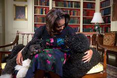 First Lady Michelle Obama, Obama mit Familie haustiere Bo, Links Sitzt, und Sunny, Bänder ein ...