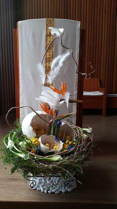 """""""이날은 주님이 마련하신 날, 이날을 기뻐하며 즐거워하세"""" 알렐루야, 알렐루야! 예수님께서 죽음을 이기시... Easter Flower Arrangements, Easter Flowers, Art Floral, Floral Design, Altar Decorations, Church Flowers, My Flower, Holidays And Events, Ladder Decor"""