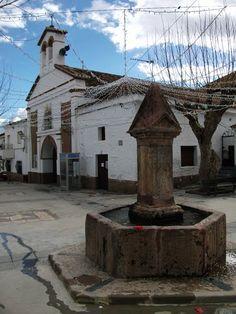 Plaza de la iglesia Dulce Nombre del Niño Jesús (Yegen).