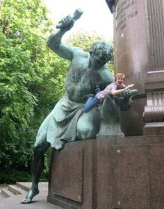 23 Times People Had More Fun with Statues than the Artist Intended – Humor Bilder Funny Photos Of People, Funny People, Funny Images, Funny Pictures, Crazy Pictures, Fun With Statues, Statues For Sale, Funny Statues, People Poses