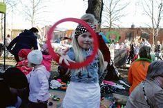 Martta Jokinen harjoitteli Pompotin pihamaalla sirkustemppuja Pääsiäisenä 2011 Riihimäellä. Kuva: Aamuposti
