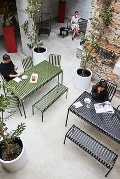 Give Your Rooms Some Spark With These Easy Vintage Industrial Furniture and Design Tips Do you love vintage industrial design and wish that you could turn your home-decorating visions into gorgeous reality? Metal Patio Furniture, Industrial Design Furniture, Modern Outdoor Furniture, Garden Furniture, Furniture Design, Contemporary Furniture, Hay Design, Lounge Design, Deco Design