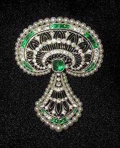 Belle Epoque brooch by J.E. Caldwell. Platinum, diamonds, emeralds and pearls circa 1900. - See more at: http://www.galleryofrarejewels.com/Period_Jewels/#sthash.FsaCRumA.dpuf