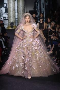Para as madrinhas e noivas, selecionamos alguns looks desfilados por Elie Saab durante a temporada Fall/Winter 2016-17 da semana de alta-costura de Paris.