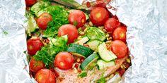 Nosta lohifilee isolle folioarkille. Mausta pinta suolalla ja mustapippurilla sekä sokerilla. Levitä fileen pinnalle fenkoli- ja kesäkurpitsasuikaleet ja minitomaatit. Valuta päälle oliiviöljy ja sitruunamehu. Taita folio kiinni ja nosta paketti grilliin. Grillaa keskilämmöllä noin 30 minuuttia. Avaa folio ja ripottele pinnalle reilusti tuoretta tilliä sekä salaattisiemensekoitusta. Tarjoile halutessasi lisäkkeenä keitettyjä uusia perunoita.