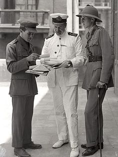 Lawrence and Lt. Dawnay with Middle East sage D. Hogarth outside their Arab Bureau in Cairo, May : Lawrence and Lt. Dawnay with Middle East sage D. Hogarth outside their Arab Bureau in Cairo, May World War One, Second World, First World, Lawrence Of Arabia, Military Officer, American War, Vintage Photographs, Cairo, Old Pictures