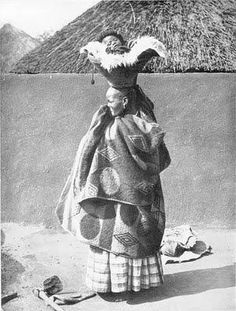 Somewhere, long ago in South America, there was a baby who sat above the heads of the elders. Happy Baby, Precious Children, South America Travel, African Culture, People Of The World, Mother And Child, Mothers Love, Vintage Photographs, Baby Wearing