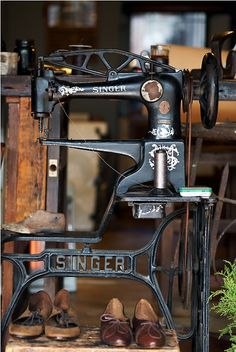 Antique Singer Cobbler's Model Sewing machine. This Machine actually sewed leather shoes. Then The Quality of Singer Machines Took a Nose-Dive in the 70's. Too Bad