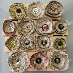 Hand stitching on the fly: more brooches for retail stores. Felt Flowers, Diy Flowers, Fabric Flowers, Button Flowers, Burlap Flowers, Textile Jewelry, Fabric Jewelry, Jewellery, Brooches Handmade