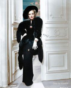 Marlene Dietrich in Black Fox Vintage Vogue, Vintage Glamour, Vintage Dior, Vintage Beauty, Old Hollywood Stars, Vintage Hollywood, Classic Hollywood, Old Hollywood Glamour Dresses, Marlene Dietrich