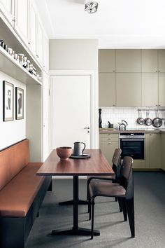 Modern Kitchen Design How to Decorate a Small Kitchen — Breakfast Nook - Have a small kitchen? We showcase kitchens that prove size doesn't matter. Find out how to decorate a small kitchen and make the most out of your space. Modern Kitchen Cabinets, Kitchen Interior, Home Interior Design, Kitchen Decor, Design Interiors, Kitchen Lamps, Kitchen Ideas, Kitchen Designs, Pantry Cabinets