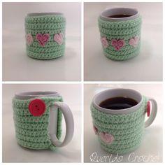 Cobertor de taza a crochet Crochet Coffee Cozy, Crochet Cozy, Quick Crochet, Crochet Girls, Crochet Home Decor, Crochet Crafts, Crochet Projects, Crochet Jar Covers, Valentines Mugs