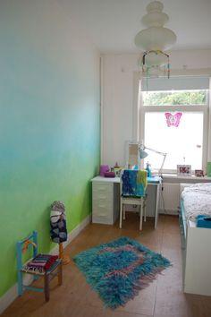 Dunne lagen verf over elkaar 'gesluierd' op een meisjeskamer. Subtiele kleurovergangen en levendige wand. Natuurlijk-Kleurrijk natuurlijke verf.