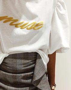 Tee-shirt fantaisie + jupe à carreaux = le bon mix (photo Boho_addict)