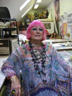 Portrait. Zandra Rhodes- nhà thiết kế thời trang. những thiết kế của bà luôn luôn nổi bật với phong cách kì quái, thường xuyên sử dụng tôn màu neontrông trang phục, tóc và make-up. thiết kế của bà là sự pha trộn của nhiều nền văn hóa, một đặc trưng của thập niên 80s. những thiết kế của bà khiến tôi liên tưởng đến trào lưu Harazuku Nhật Bản