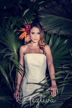 Edición 42, Revista Feztiva, Moda: Tropical Mood, Fotografía: Ricardo López, Vestidos: Sposa Europa, Accesorios: Daniel Espinosa, Maquillaje y peinado: Salón Alejandra Herrera, Zapatos:Emociones, Decoración y ambientación: Lamadrid Floral and event decor y spora, Locación: Quinta Montes Molina, Vídeo: Wilbert Ruiz, Follaje Tropical: Hacienda San Diego Cutz,  Modelo: Johanna Moguel, Iluminación: Advance #Bodas #Weddings #Yucatán #México #Fashion  #Magazine #Revista #BrideFashion #Feztiva