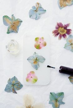 Pressed Flower Phone Case DIY // This would be so cute as a graduation present if you used the flowers from a gifted bouquet/lei. i used hydrangeas and not only was it perfectly dried, but the color stayed! Diy Case, Diy Phone Case, Iphone Cases, Iphone Phone, Diy Fleur, Pressed Flower Art, Ideias Diy, Diy Décoration, Flower Crafts