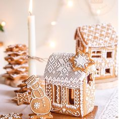 One of the best Christmas family traditions is making gingerbread houses! It's messy, it's fun, and everyone's had their share of candy and gingerbread by the end. Here are some crazy-inspiring gingerbread houses to give you ideas for this Christmas! Christmas Gingerbread House, Christmas Sweets, Noel Christmas, Christmas Goodies, Christmas Baking, Winter Christmas, Christmas Crafts, Christmas Decorations, Xmas